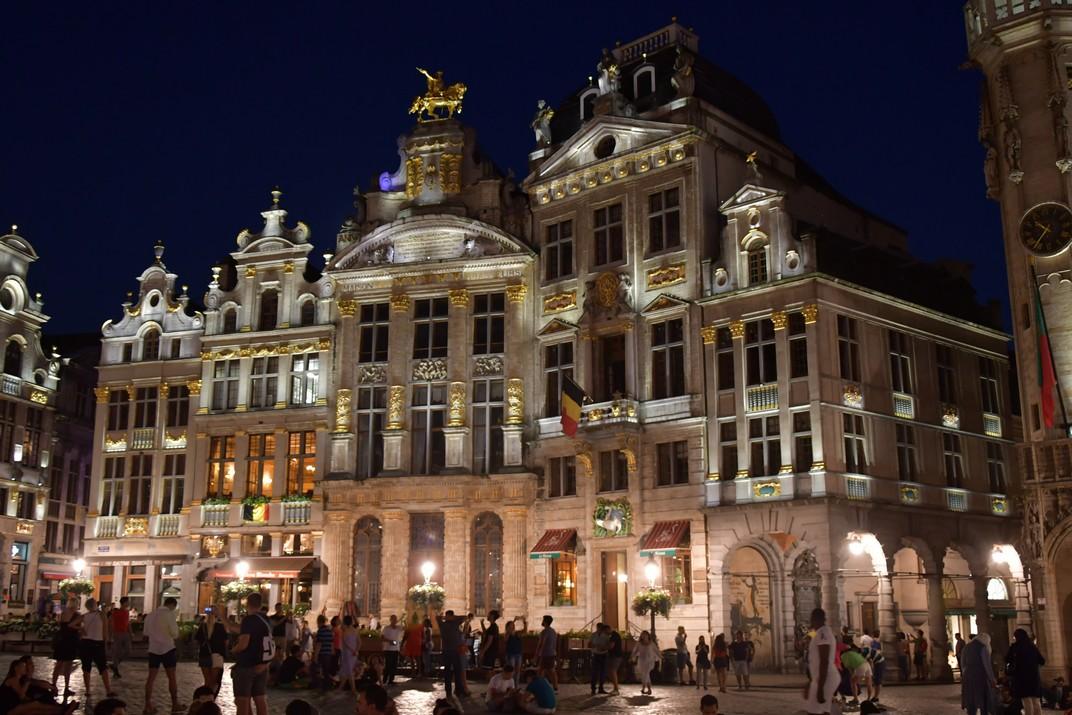 Visió nocturna de la façana sud de la plaça del Mercat Gran de Brussel·les