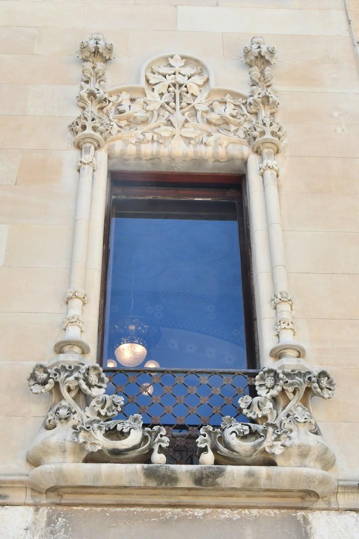 Finestra de la façana principal de la Casa Navàs de Reus