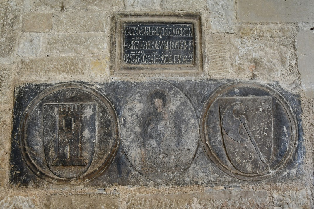 Pedra dels tres escuts del claustre de la Catedral de Santa Maria de Tortosa