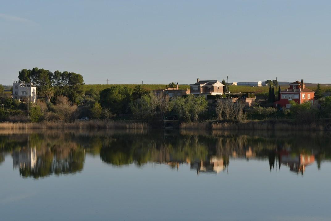 Cases al voltant del pantà d'Utxesa d'Aitona
