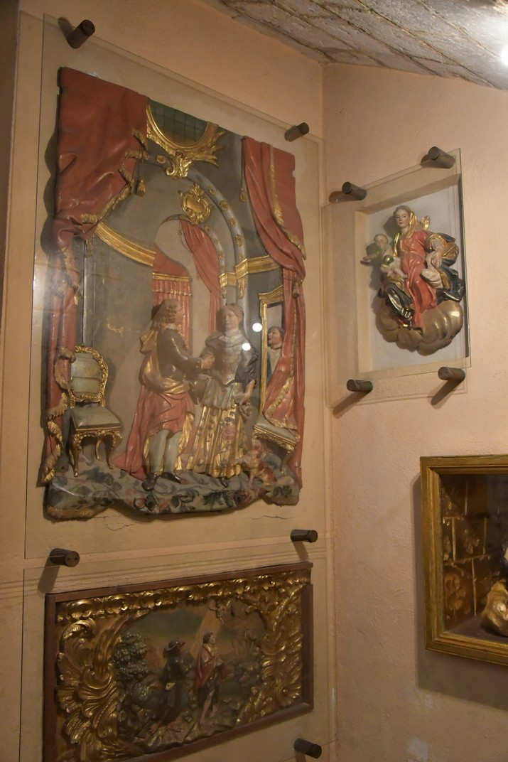 Baixos relleus de les capelles laterals de l'església de Sant Joan Baptista de Valls