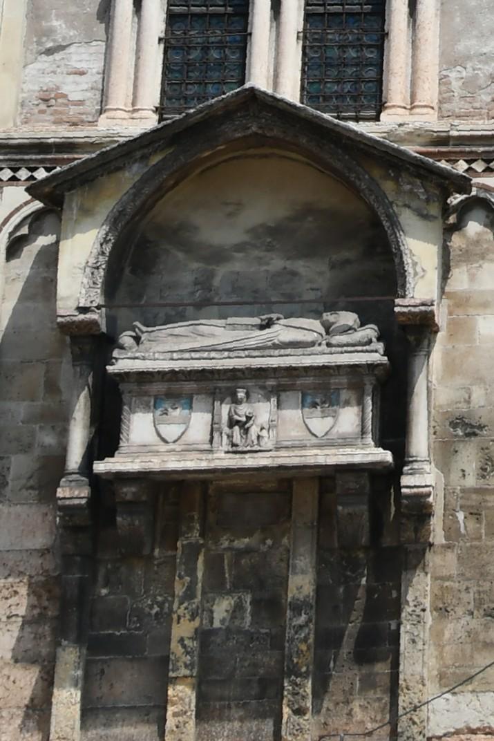 Arca funerària de la façana principal de l'església de Sant Fermo Major de Verona