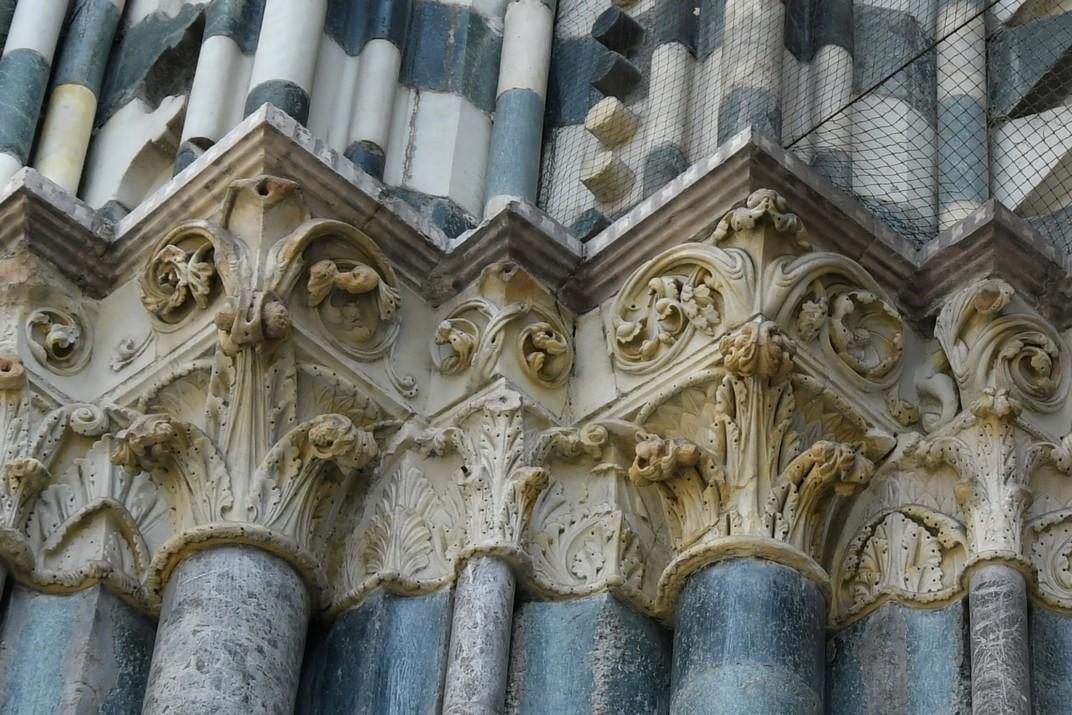 Capitells del pòrtic central de la Catedral de Sant Llorenç de Gènova