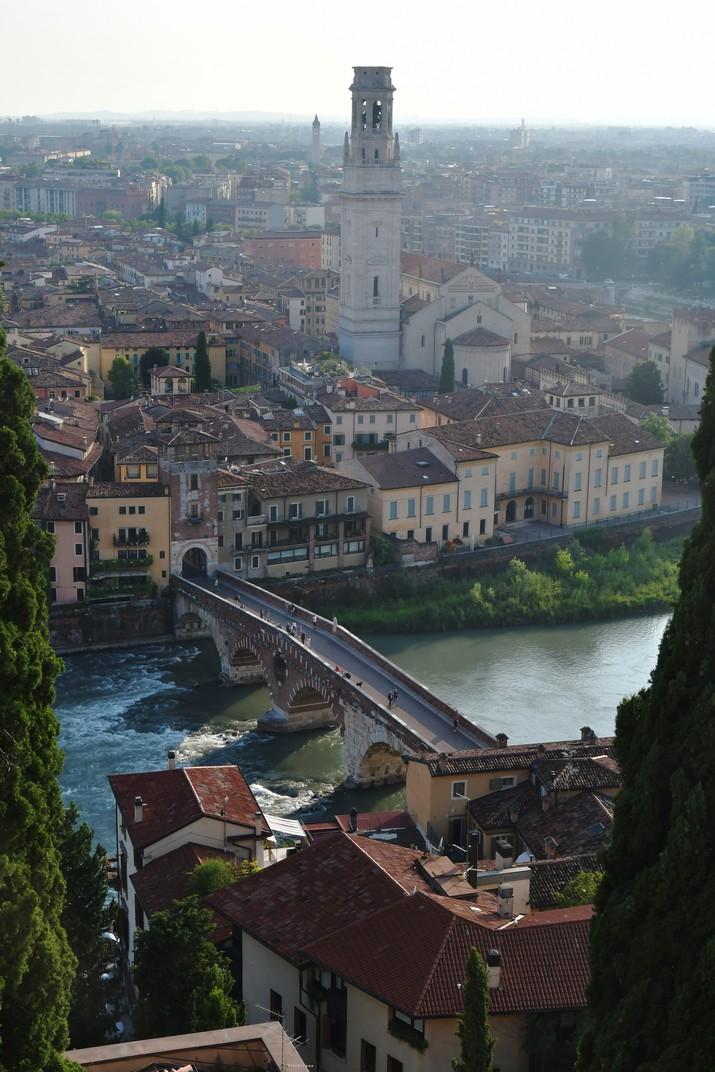 Catedral i pont de Pedra des del mirador del Castell de Sant Pere de Verona