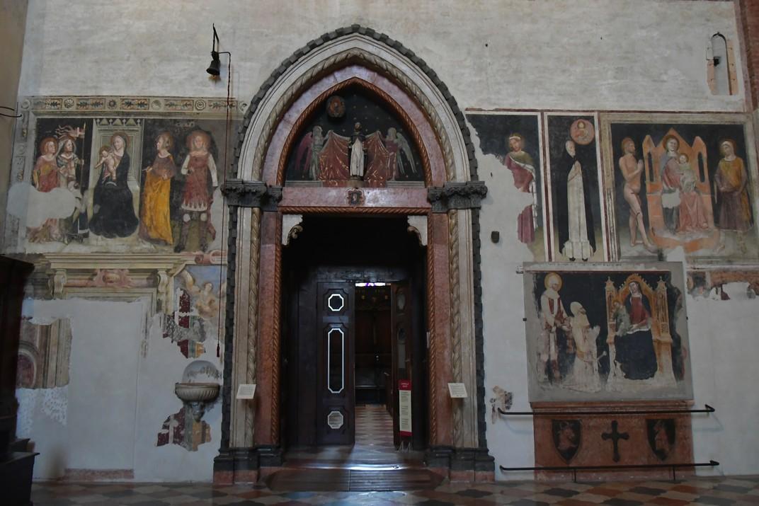 Entrada de la Sagristia i de la Capella Giusti de la Basílica de Santa Anastàsia de Verona