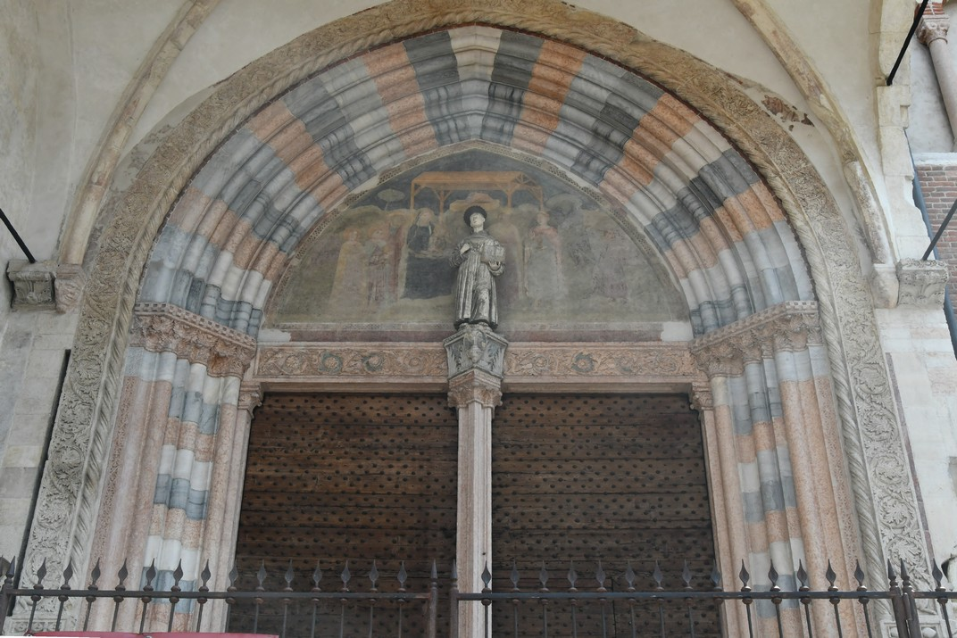 Entrada lateral de l'església de Sant Fermo Major de Verona