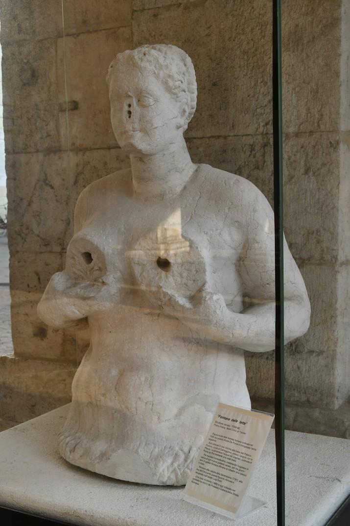 Escultura de la font de les Tetes de la loggia del palau dels Tres-cents de Treviso