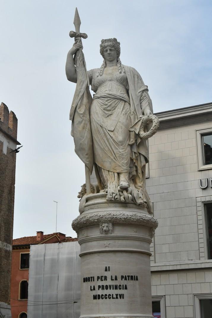 Escultura de la Teresona de la plaça de la Independència de Treviso