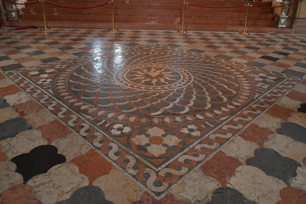 Escut dels dominics en el terra de la Basílica de Santa Anastàsia de Verona