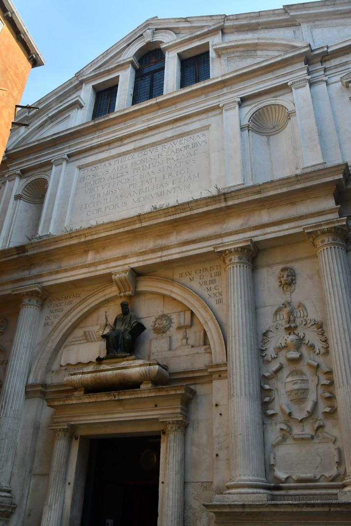 Façana de l'església de San Julià de Venècia