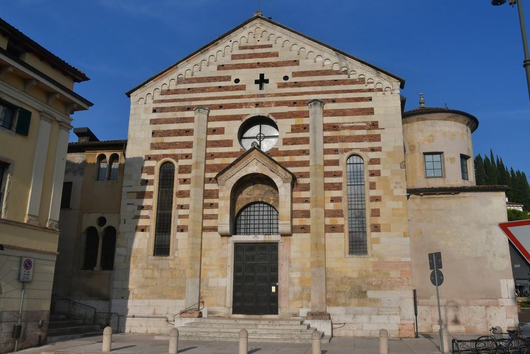 Façana de l'església de Sant Esteve de Verona