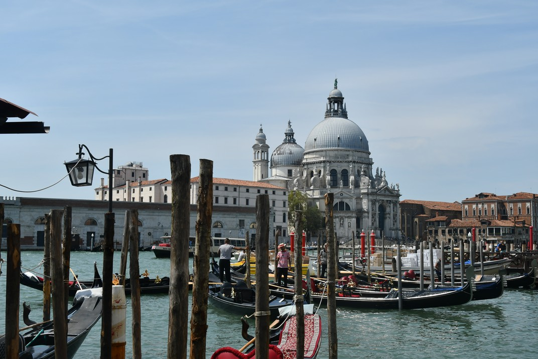 Góndoles de Conca de San Marco i basílica de Santa Maria de la Salut de Venècia