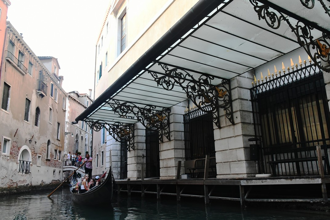 Passeig en góndola pels canals del barri de San Marco a La Fenice de Venècia