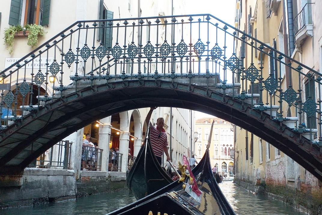 Passeig en góndola pels canals del barri de San Marco de Venècia