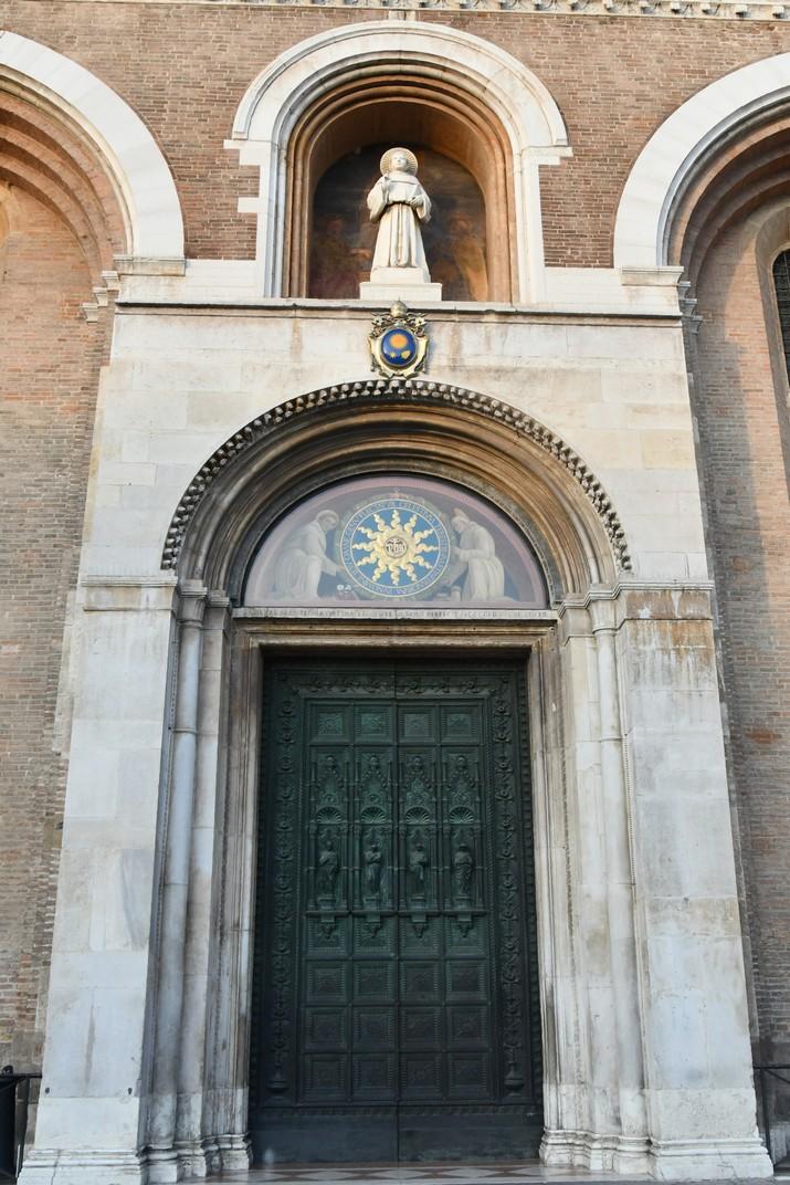 Pòrtic de la Basílica de Sant Antoni de Pàdua