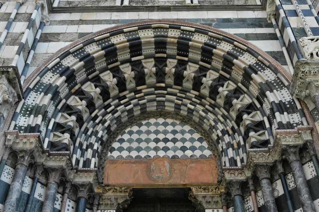 Pòrtic esquerra de la Catedral de Sant Llorenç de Gènova