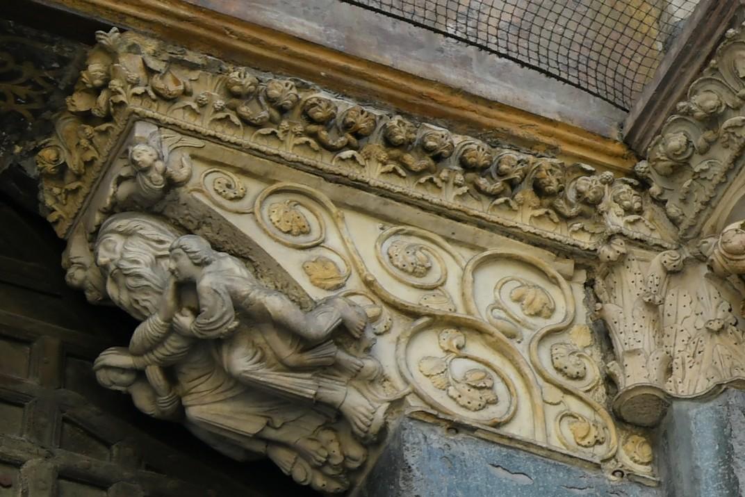 Prestatge del pòrtic central de la Catedral de Sant Llorenç de Gènova
