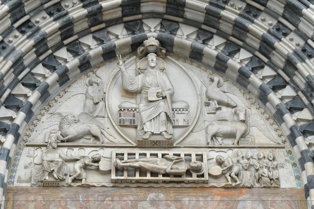 Timpà del pòrtic central de la Catedral de Sant Llorenç de Gènova
