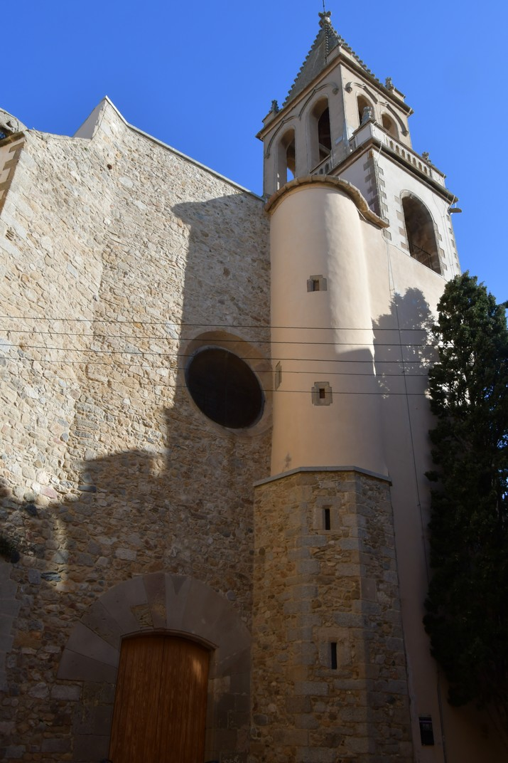 Façana principal de l'església de Santa Maria de Palamós