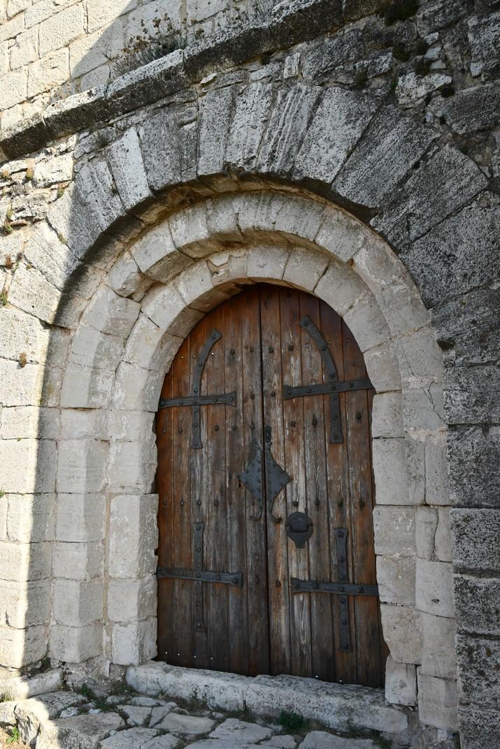 Portalada de l'església de Sant Pere de Mont-ral de les Muntanyes de Prades