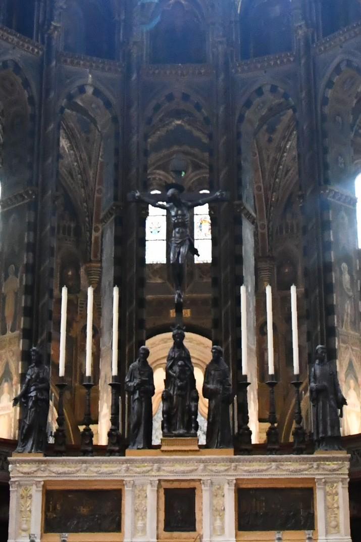 Crucifix de l'altar de la Basílica de Sant Antoni de Pàdua