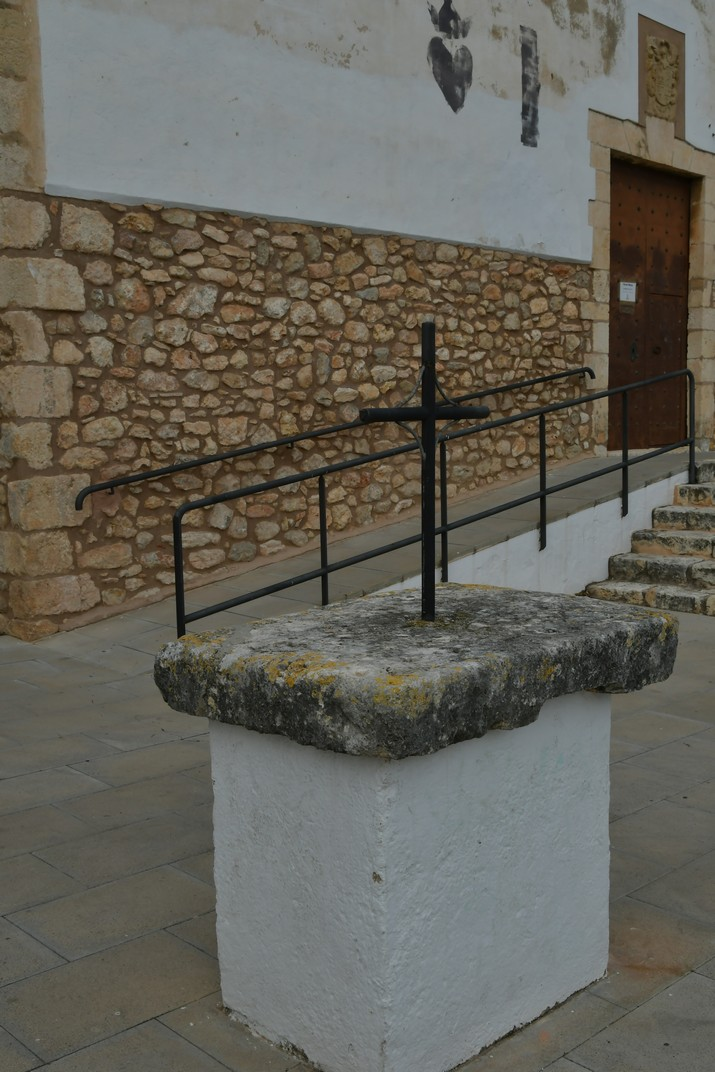 Creu de l'Atri de l'església de Santa Magdalena de Canyelles - Parc d'Olèrdola