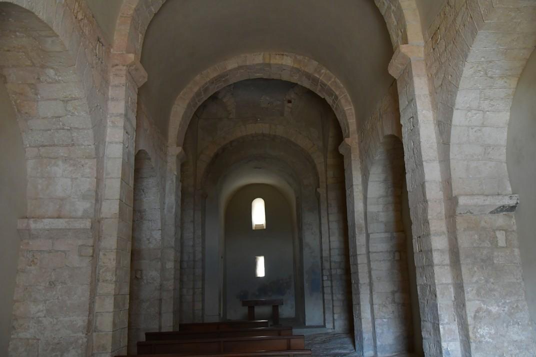 Interior de l'església de Sant Miquel d'Olèrdola