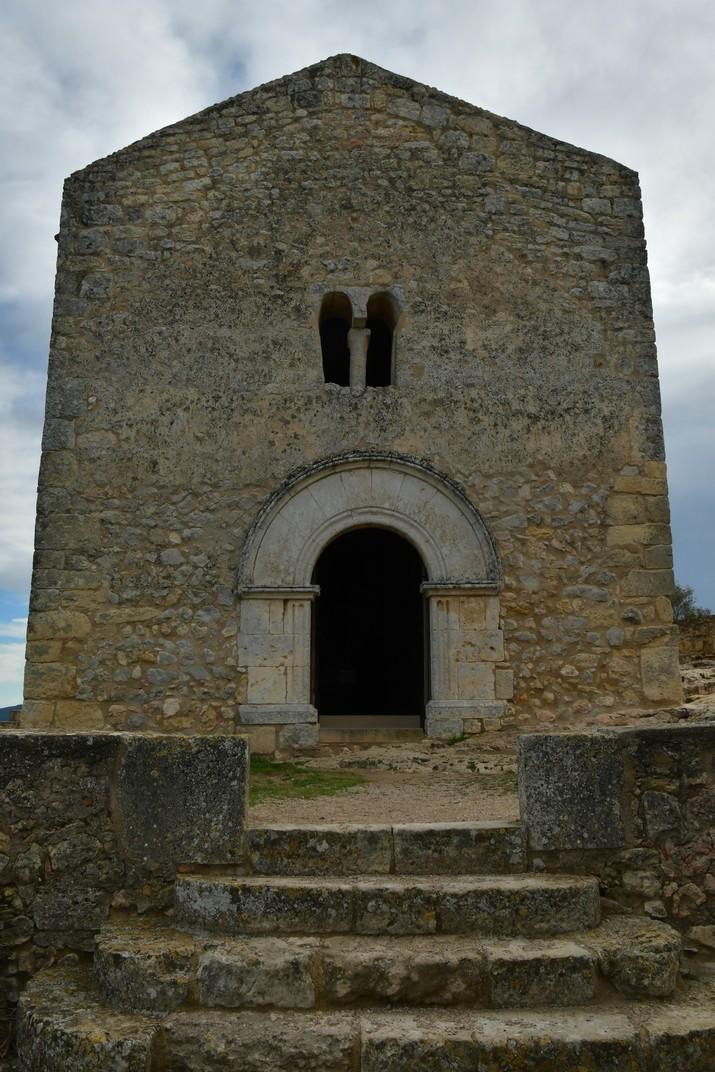Porta de la façana de ponent de l'església de Sant Miquel d'Olèrdola
