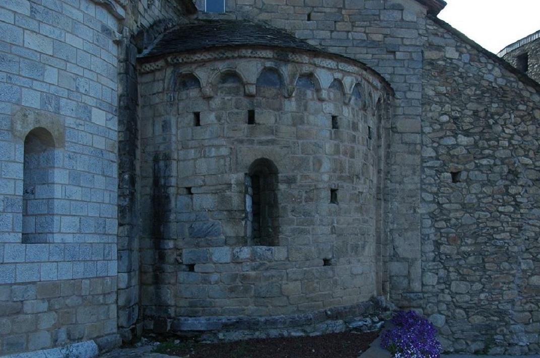 Absis dret de la capçalera de l'església de Santa Maria d'Arties