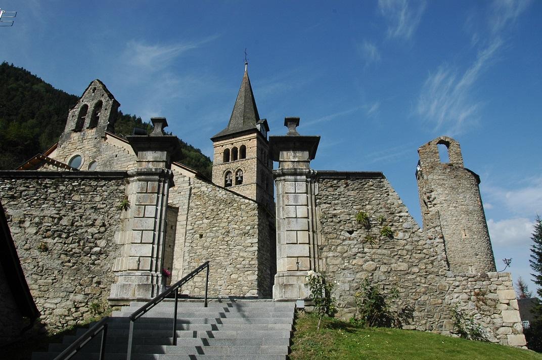 Accés al recinte de l'església de Santa Maria d'Arties