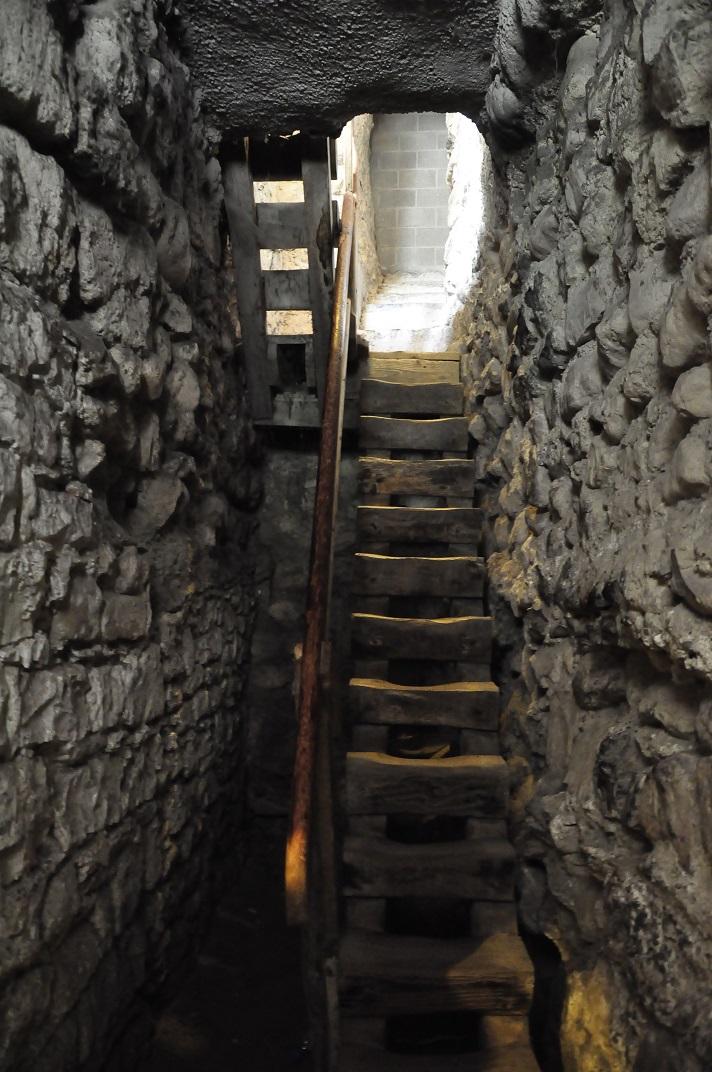 Accés de les càmeres subterrànies del castell de Chillon
