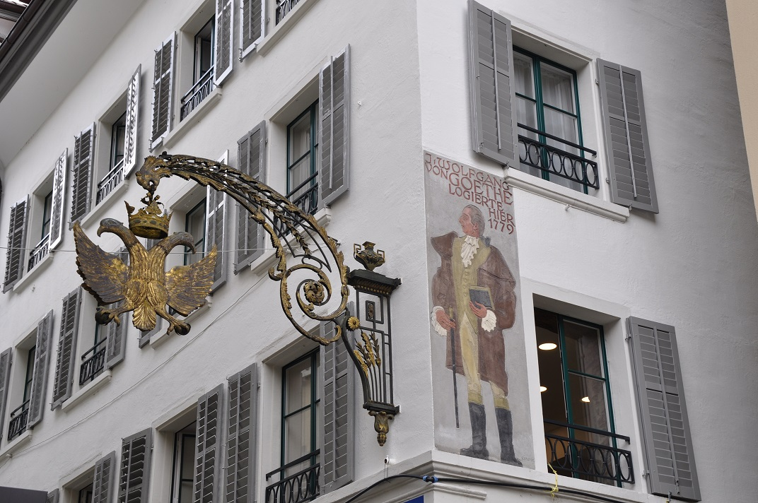 Banderoles daurades de la façana Goethe de Lucerna