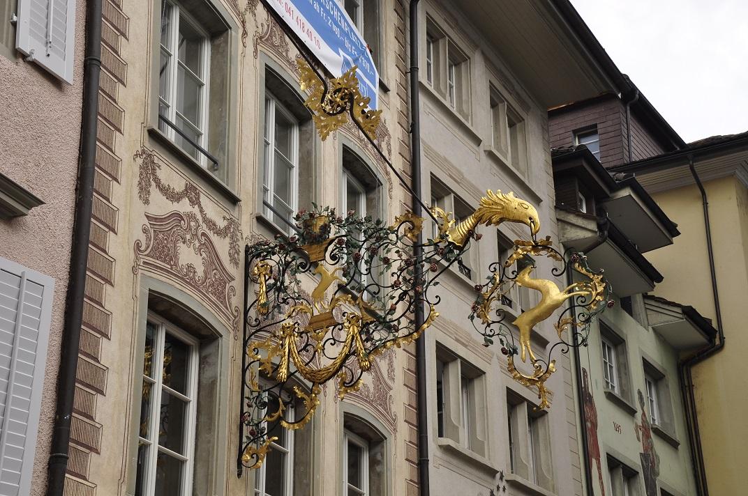 Banderoles daurades de la plaça de l'Estrella de Lucerna