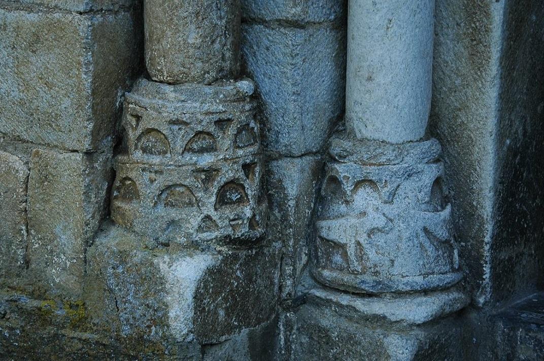 Bases de les columnes de la portalada de l'església de Sant Pere d'Escunhau