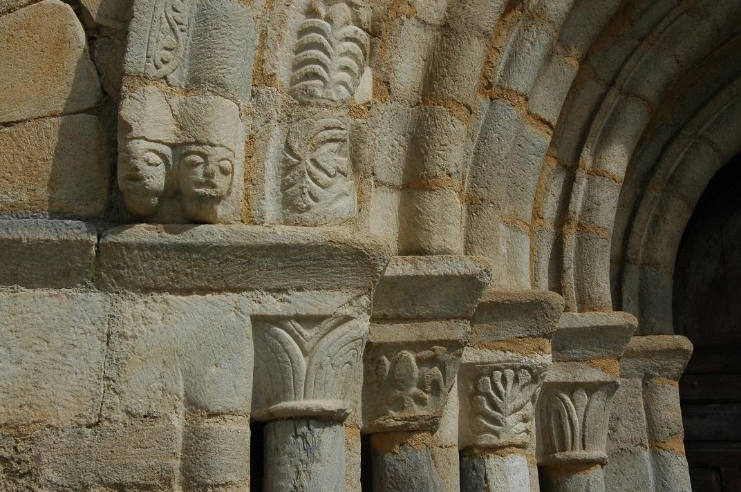 Capitells de la portalada de l'església de Salardú