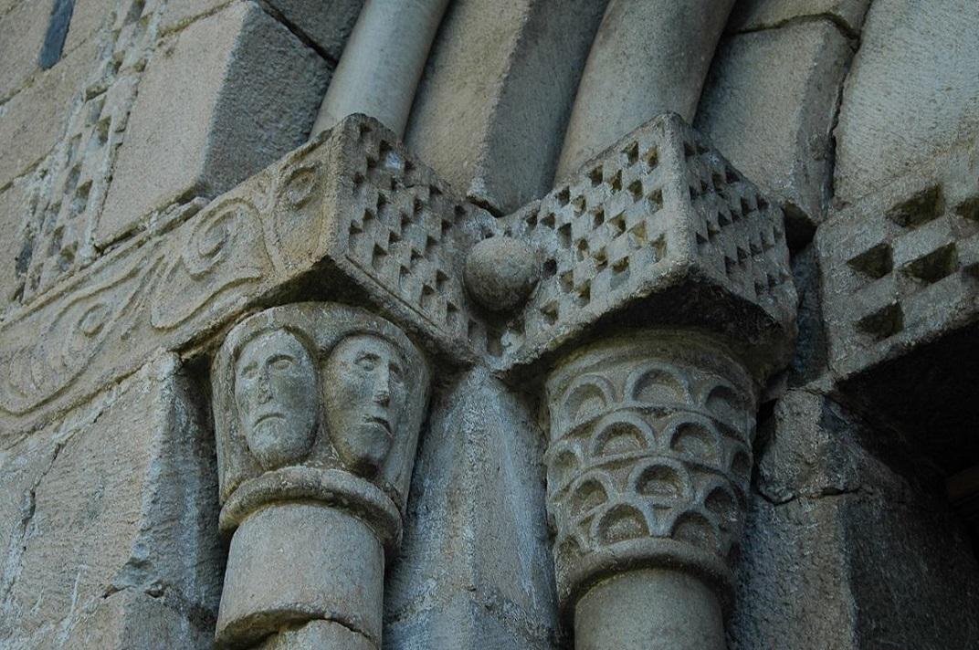 Capitells de la portalada de l'església de Sant Pere d'Escunhau