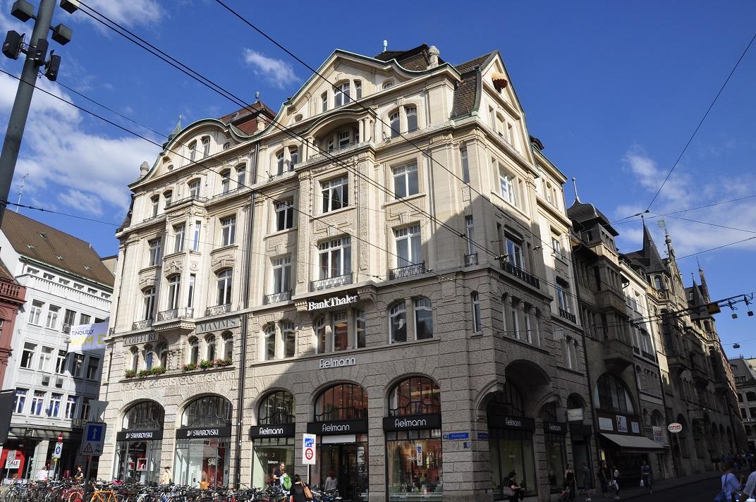 Casa cantonada de la plaça del mercat de Basilea
