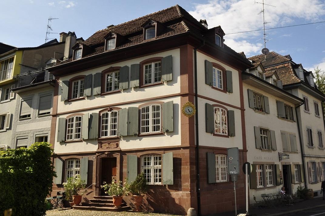 Cases amb porticons al voltant de l'església de Sant Pere de Basilea