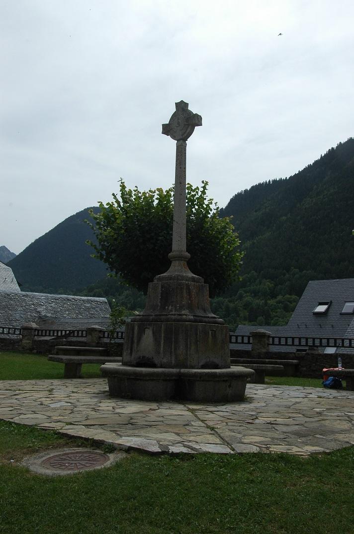 Creu de terme del pati d'armes de l'església de Sant Andreu de Salardú