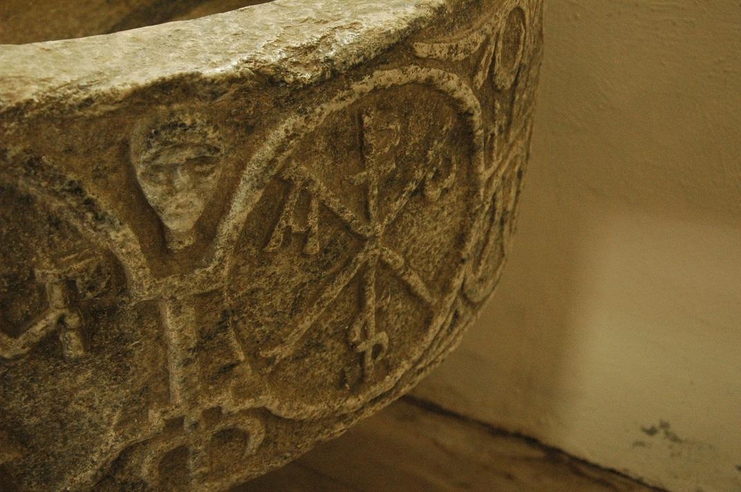 Crismó de la pica baptismal de l'església de Sant Pere d'Escunhau