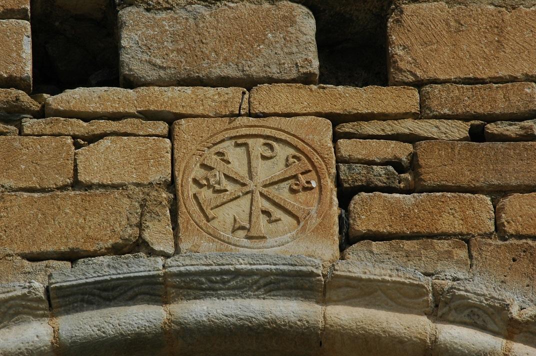 Crismó de la portalada de l'església de Salardú