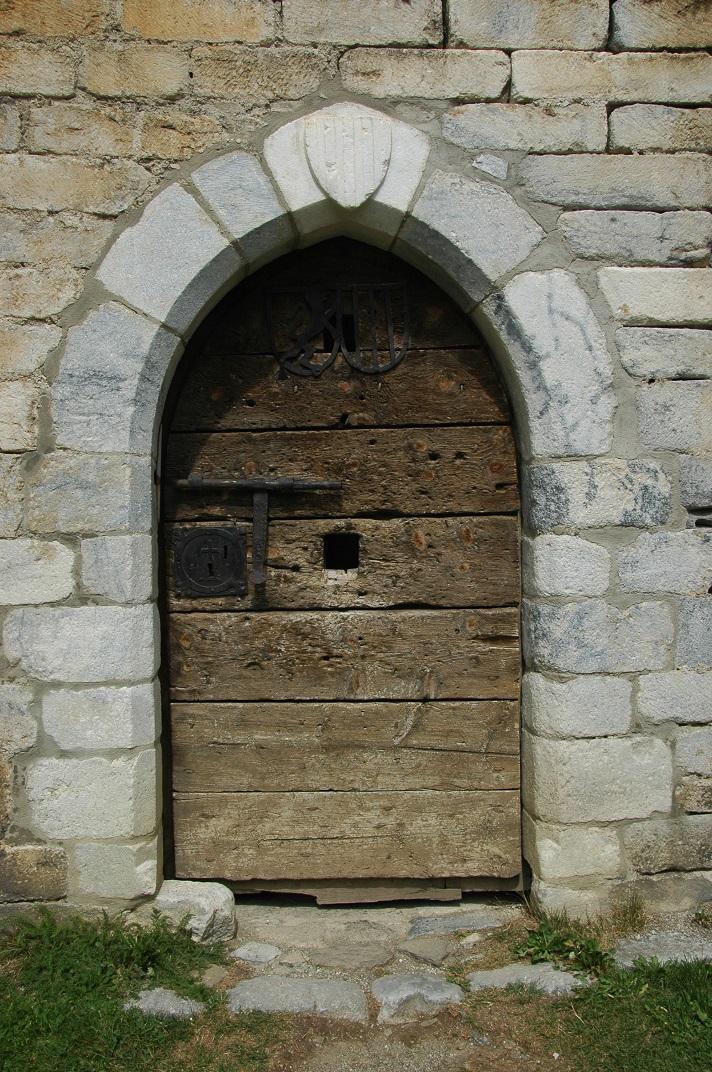 Entrada de la torre del campanar de l'església de Sant Andreu de Salardú