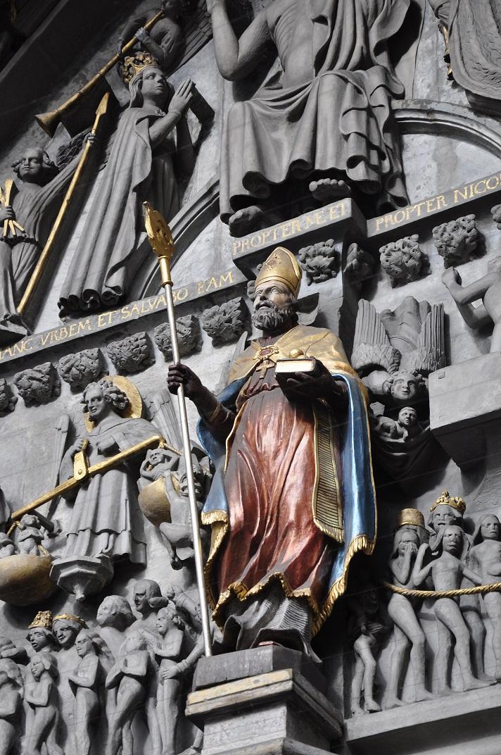 Estàtua de Sant Nicolau al timpà del pòrtic de la Catedral de Friburg