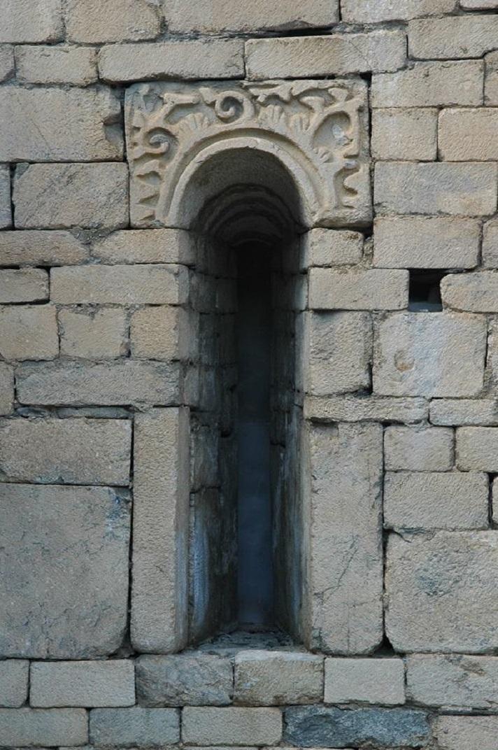 Finestra romànica del mur sud de l'església de Santa Maria d'Arties