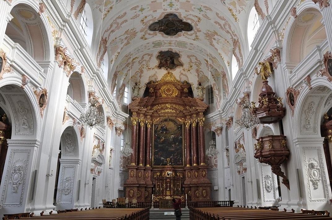 Nau central de l'església jesuïta de Lucerna