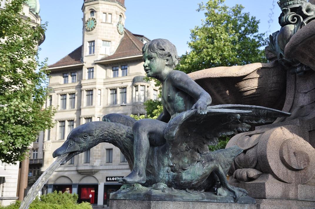Nen sobre cigne de la font de Broder de Sankt Gallen