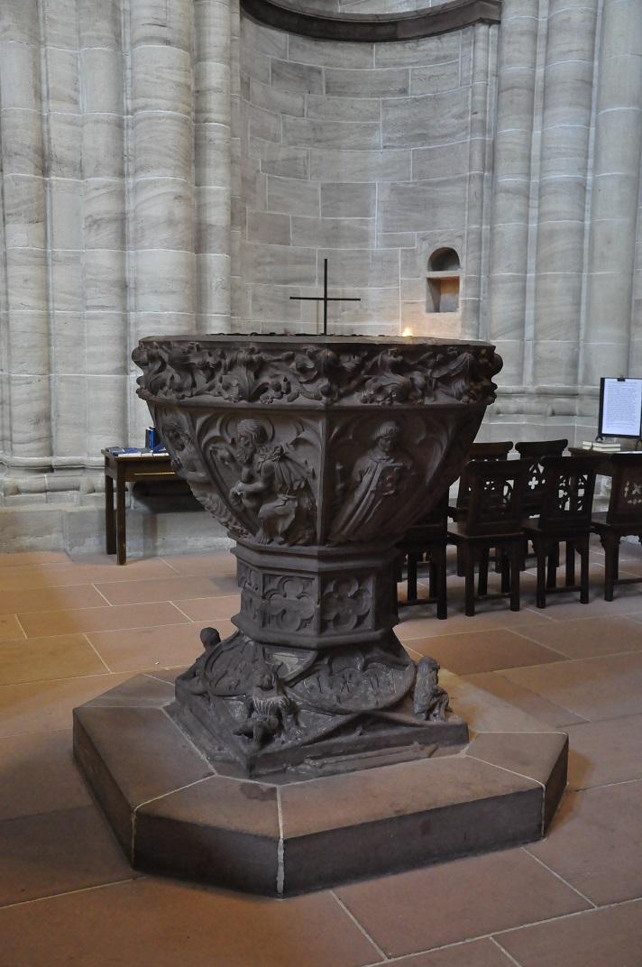 Pila baptismal de la nau central de la Catedral de Basilea