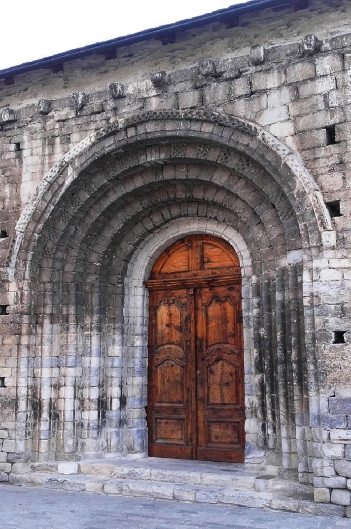 Portada nord de l'església de Santa Maria d'Arties