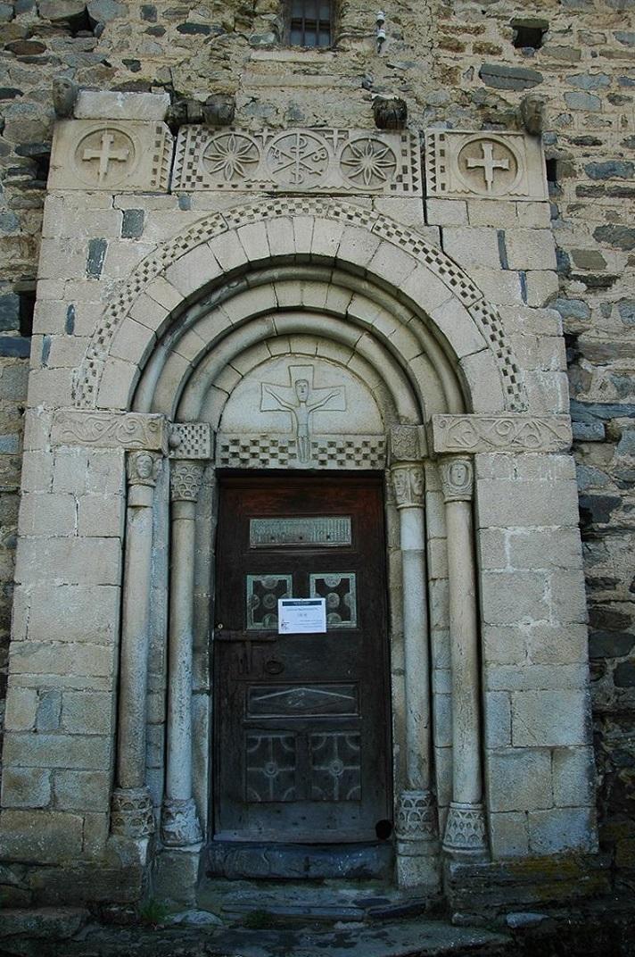 Portalada de l'església de Sant Pere d'Escunhau
