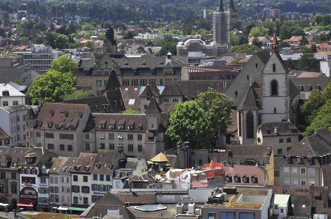 Vista de l'església de Sant Lleonard des de la Catedral de Basilea